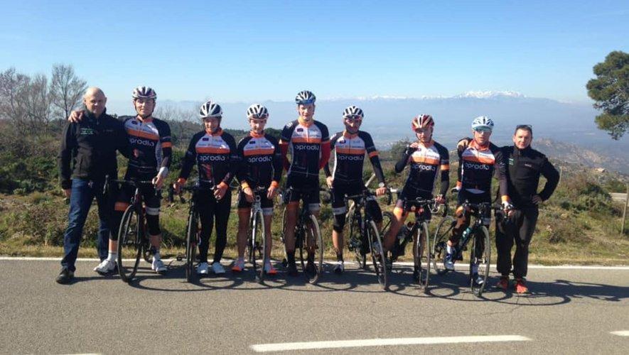 Le président et le coach entourent un groupe de coureurs du Guidon.