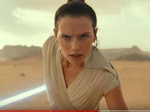Rey (Daisy Ridley) a conservé le sabre laser de Luke Skywalker et tentera à son tour de sauver la galaxie lointaine, très lointaine.