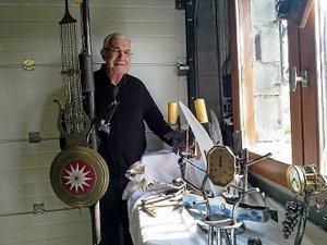 Jean-Claude Reymond manie le marteau et l'enclume dans sa création d'objets en métal originaux, dont certains servent de trophées pour les sportifs qui participent à des compétitions dans le département.