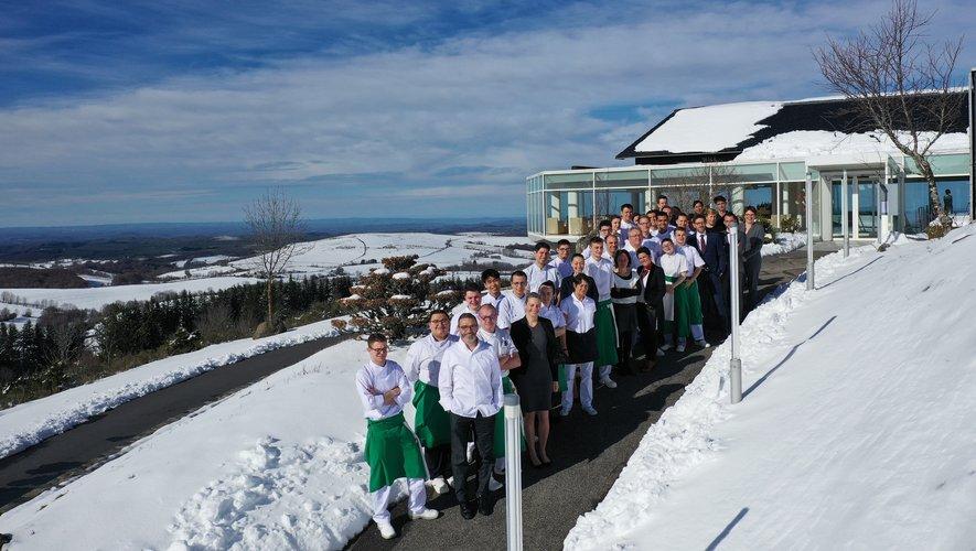 Sébastien Bras et toute son équipe sur le plateau encore enneigé de l'Aubrac.