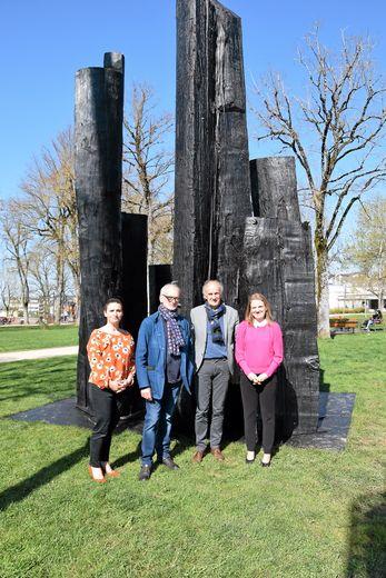 Carole Bouzid (musée D.-Puech), Christian Lapie, Jean-Michel Cosson et Sarah Vidal devant une œuvre érigée au jardin public de Rodez.