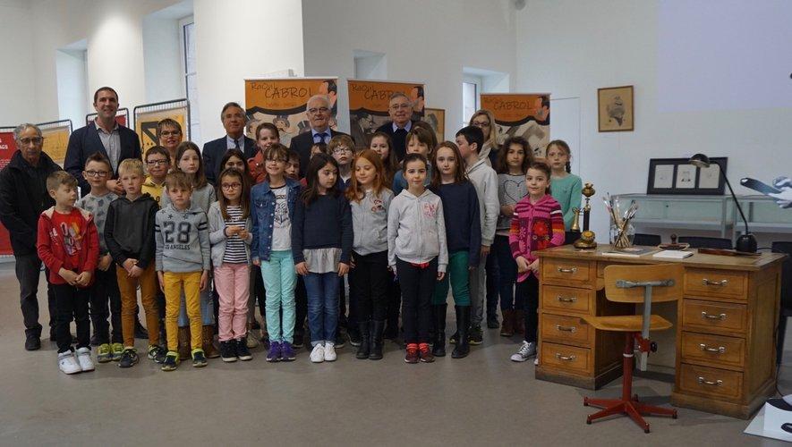 Les élèves de l'école de Gabriac entourés des élus et acteurs de l'exposition.