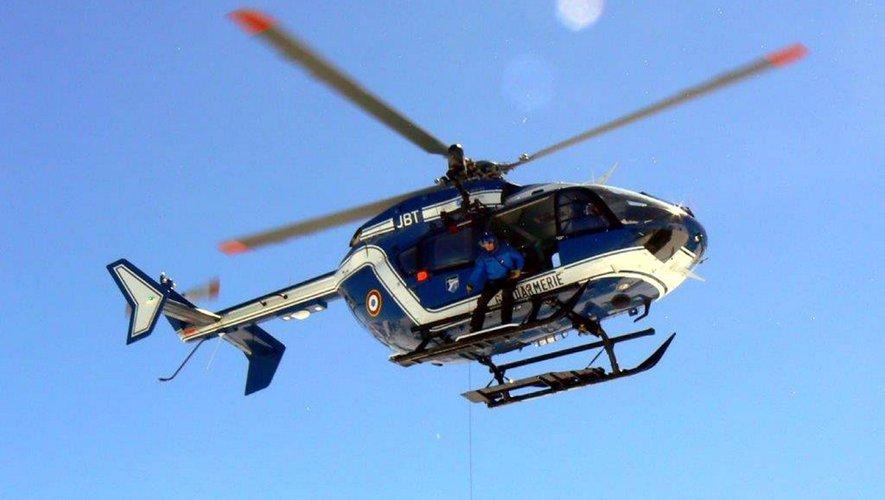 L'hélicoptère du peloton de gendarmerie de haute montagne est intervenu pour secourir les deux personnes.