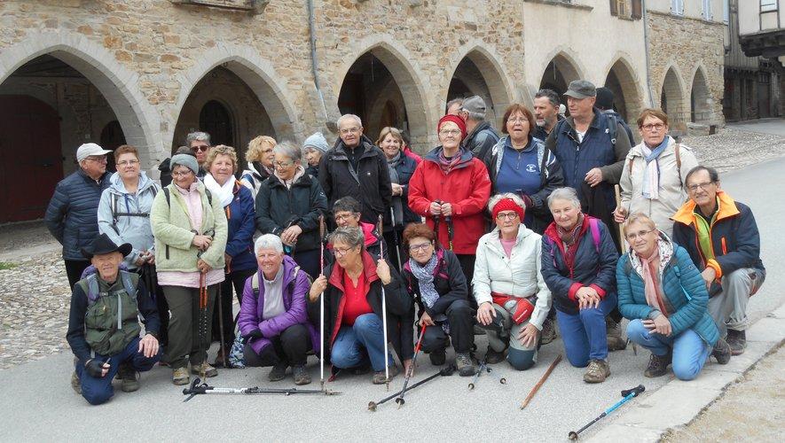 Les marcheurs auriacois devant les arcades de la grande place de la bastide royale de Sauveterre-de-Rouergue.