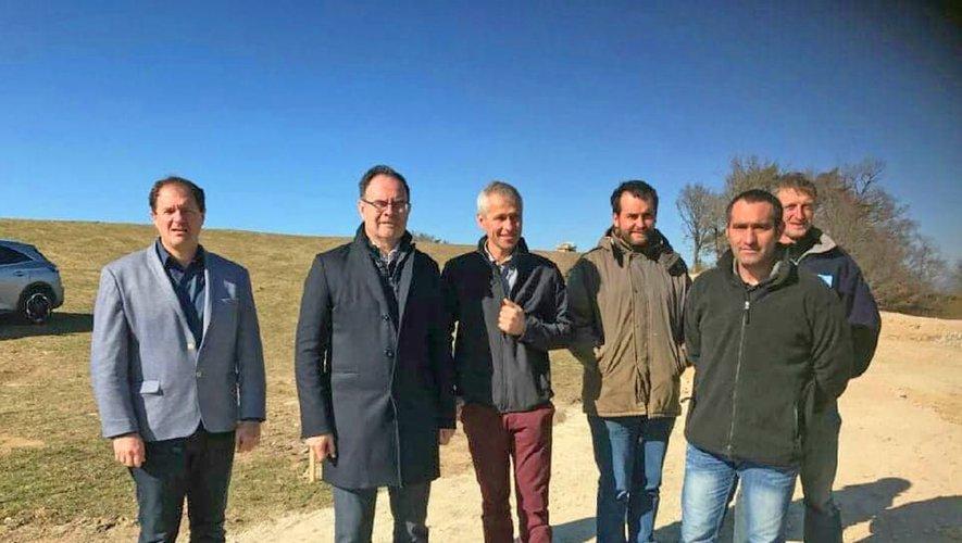 Alain Marc, sénateur et conseiller départemental,le directeur du service des routes du département, Christophe Alary, le maire et quelques élus lors d'une réunion de chantier.