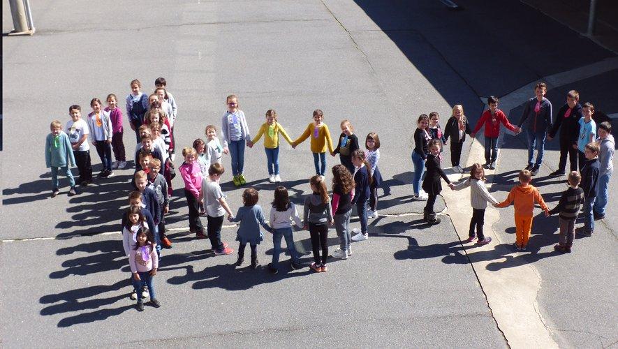 Les élèves dans la cour de l'école.