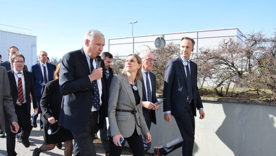 Olivier Pasquesoone accueillant la secrétaire d'Etat, Agnès Pannier-Runacher, lors de sa récente visite du site de Robert Bosch Rodez.