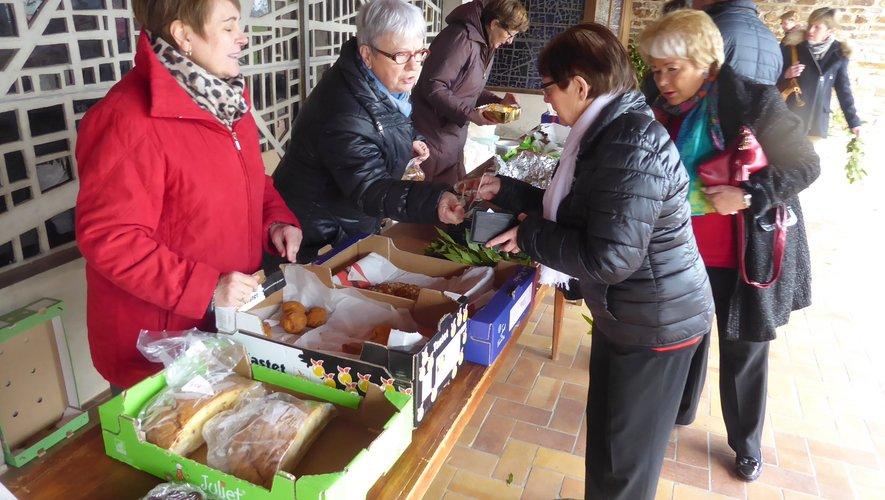 Les bénévoles proposant des gâteaux à l'entrée de l'église de La Primaube.