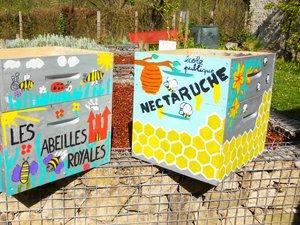 Une ruche décorée par les enfants.