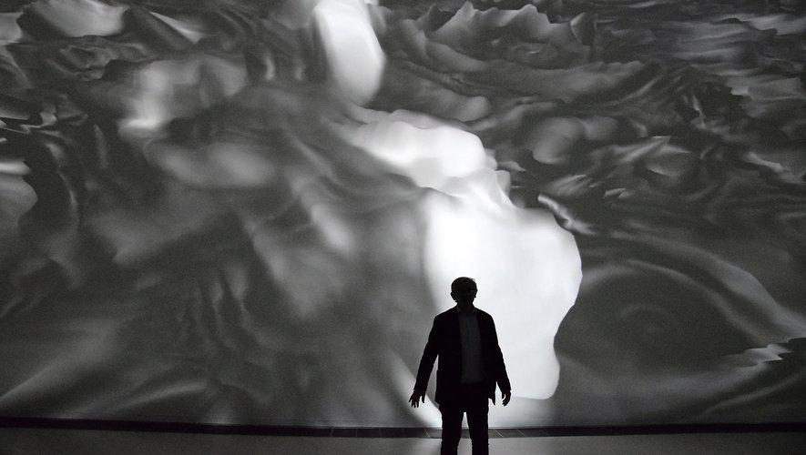 Miguel Chevalier devant l'une de ses oeuvres, au musée Soulages dans le cadre du Siècle Soulages