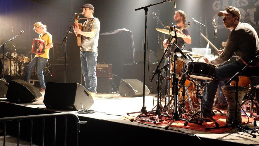 « Un p'tit gars du coin », vainqueur du tremplin ouvrait la scène du samedi lors du 5e festival de Zicabazac le 13 avril dernier.