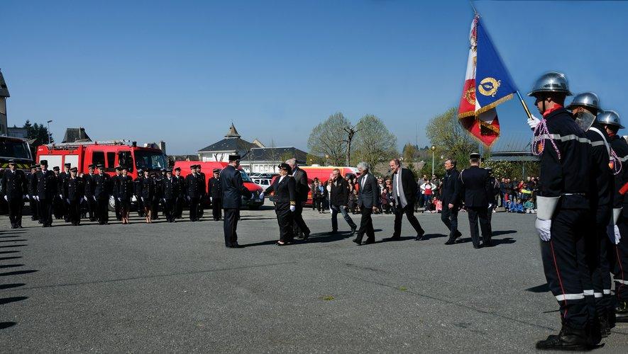 Pascale Rodrigo, suivie des élus, de Jean-Claude Anglars et du colonel Florian Souyris, félicitant le nouveau chef de centre.
