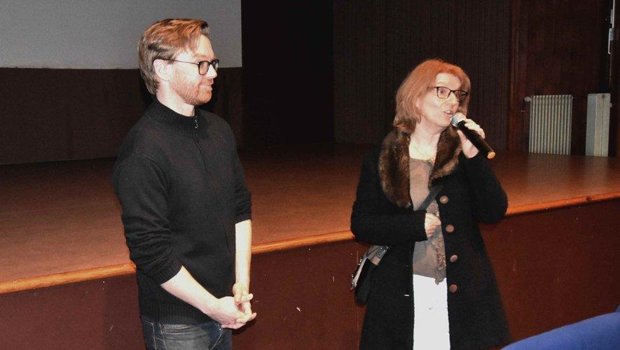 La conseillère municipale F. Philippe et le réalisateur O. Dickinson présentent le documentaire.