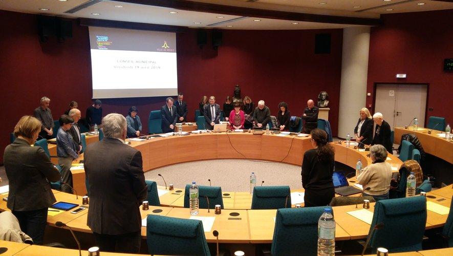 Avant de débuter les débats, les élus ruthénois ont observé une minute de silence en l'honneur de Bernard Saule, récemment décédé.