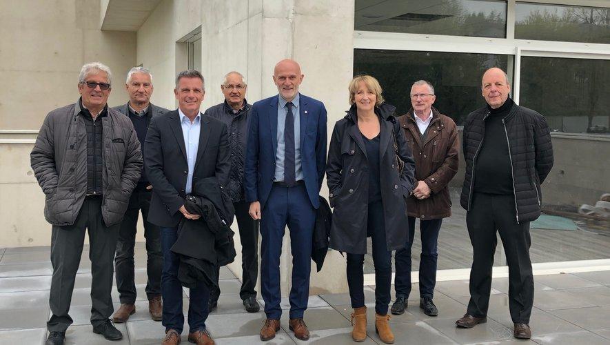 Le député Stéphane Mazars entouré des élus locaux lors de la visite du chantier de réhabilitation de l'espace Antoine de Saint-Exupéry.