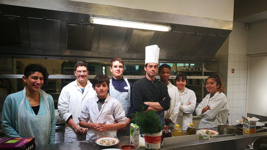Joy (à gauche) dans les ateliers de cuisine avec les élèves.