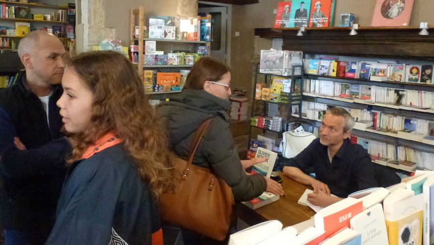 Beaucoup de monde samedi dans la librairie Pont-virgule pour rencontrer Olivier Norek.