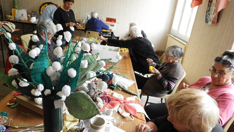 Ces dames fabriquent des décoration en tricots.