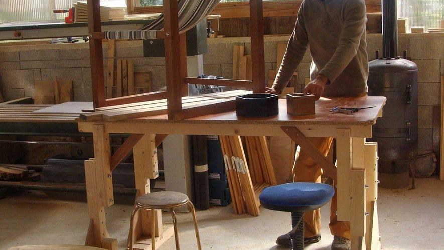 Frédéric et certaines de ses créations, fauteuil, table basse, petites boites...
