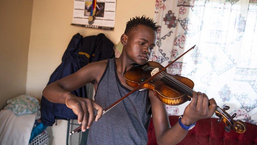 Xolani Zingeni, 16 ans, enchaîne ses gammes au violon à Diepkloof, en Afrique du Sud