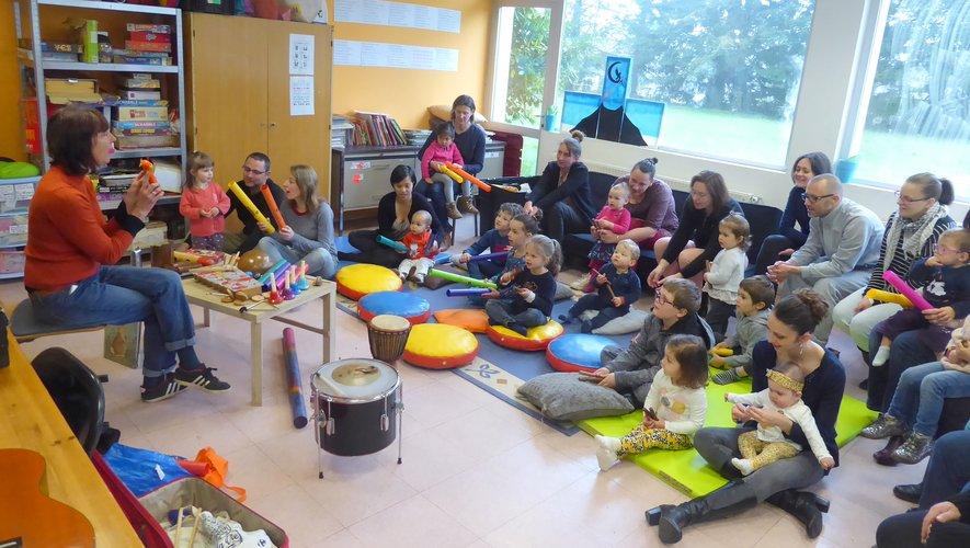 Les nombreux participantsà cet atelier d'éveil musical.