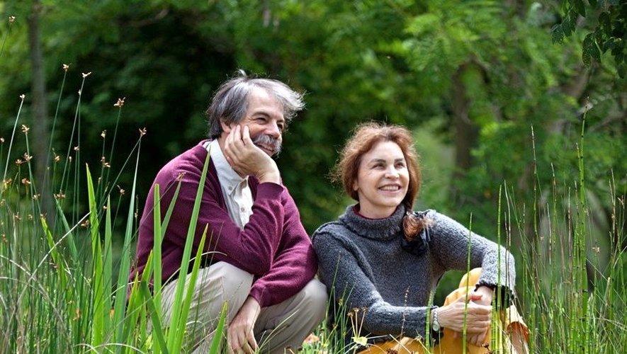 Claude Nuridsany et Marie Pérennou devant leur mare.