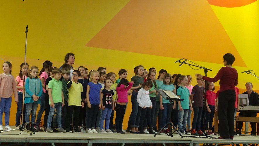 Cent dix-neuf  enfants ont chanté en chœur au gymnase