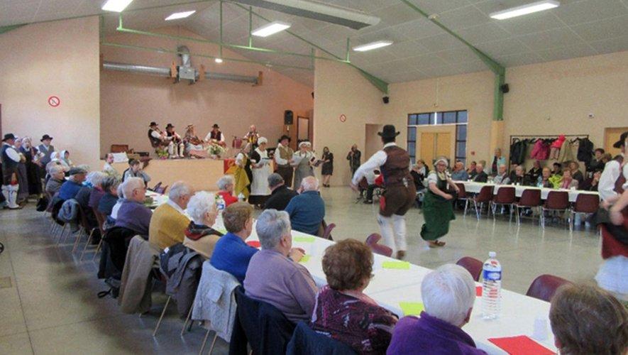 Une centaine de bénéficiaires autour d'une très grande table.