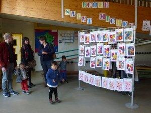 Parents et enfants découvrent l'école Saint-Michel.