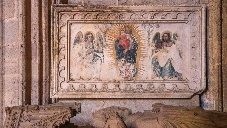 Sur le mur nord de la chapelle d'axe, dite du Sacré-Cœur, est accroché l'ancienne table d'autel en marbre de « la cathédrale avant la cathédrale » reconstruite autour de l'an mil. Une inscription sur ses bords précise que Deusdedit, évêque de Rodez vers l'an 961, en commanda la réalisation, peut-être à des ateliers installés dans la région de Narbonne et spécialisés dans le réemploi de marbres antiques.