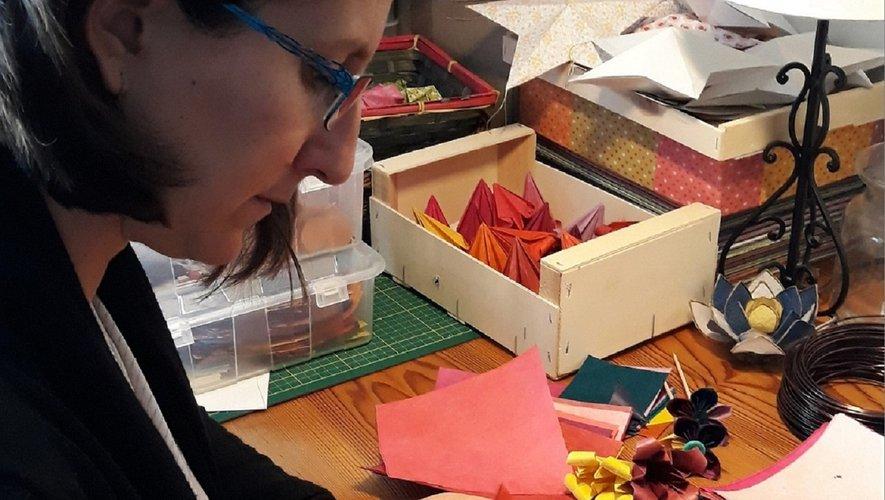Céline Lemouche en train de façonner un rêve de papier