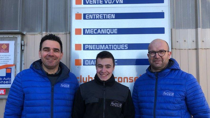 Henri Ayfre entouré de F. Massabuauà gauche et S. Picard à droite.