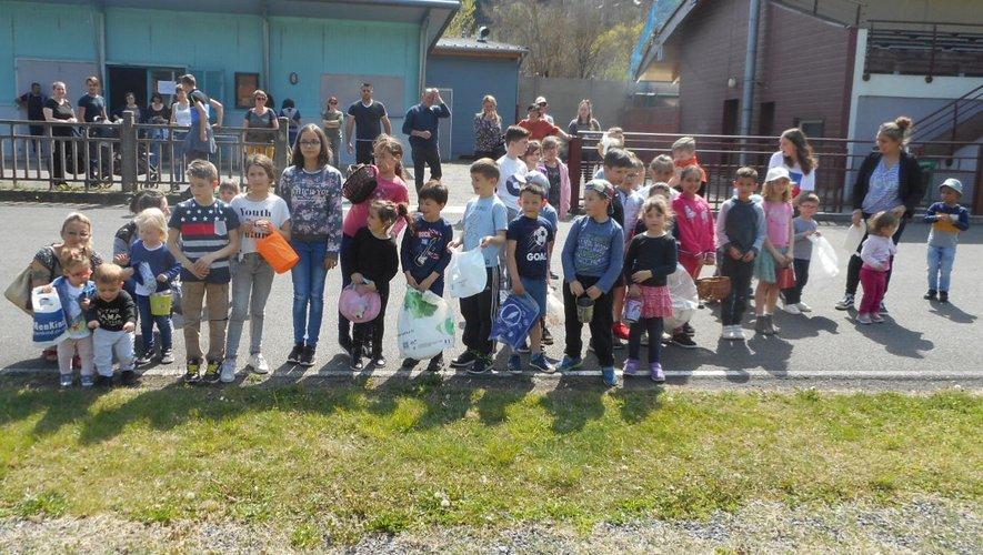 Les enfants prêts pour la collecte gourmande.