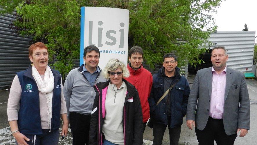 Laurence et Marion avec Fabrice Marty, directeur adjoint de l'Esat ; Nasser Issad, moniteur d'atelier, et de part et d'autre Johan Fabre, directeur de Lisi Villefranche, et Christine Jouve, DRH.
