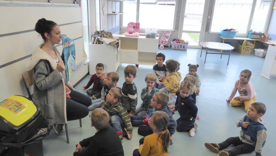 Maëva invite les enfants à découvrir le jour, la date, les activités et les humeurs.