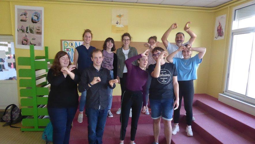 Christian Andrieu et ses élèves lors d'un cours de théâtre en occitan à l'école Jean-Boudou.