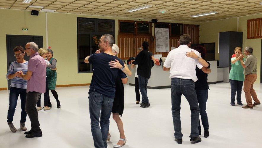 La danse ça délasse. Rendez-vous est donné ce 4 mai pour partager une bonne soirée de danse à la Doline avec Dels Pes Al Còr.