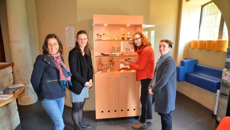 Aline Pelletier (à droite sur la photo) et son équipe devant la mini-boutique d'objets souvenirs.