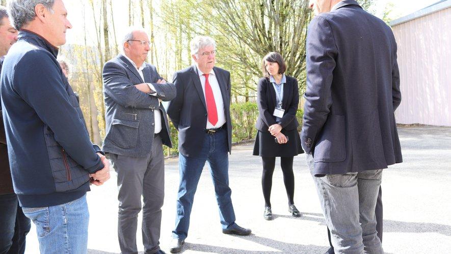 M. Vergnes, maire, accueillant Arnaud Viala et des élus.