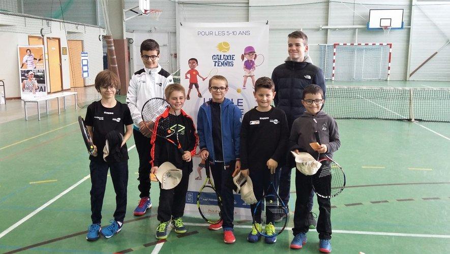 Les participants entourés des jeunes arbitres du club.
