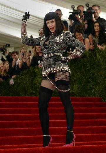 """Cette tenue figure sans doute dans l'histoire du MET Gala. Si Madonna a collé au thème de cette édition, """"Punk: Chaos to Couture"""", elle s'est en revanche attiré les foudres des internautes les semaines qui ont suivi la manifestation. New York, le 6 ma"""