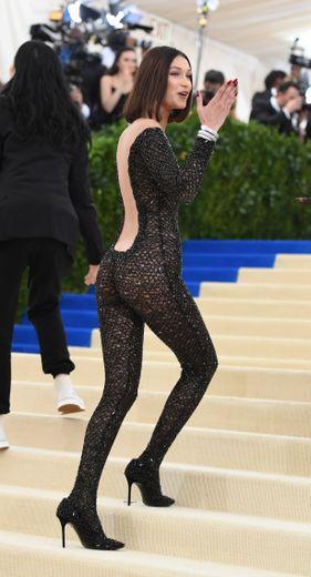 Bella Hadid a plutôt l'habitude de briller grâce à ses looks très travaillés. En 2017, la belle a toutefois été trop loin avec cette combinaison sous laquelle elle est entièrement nue. New York, le 1er mai 2017.