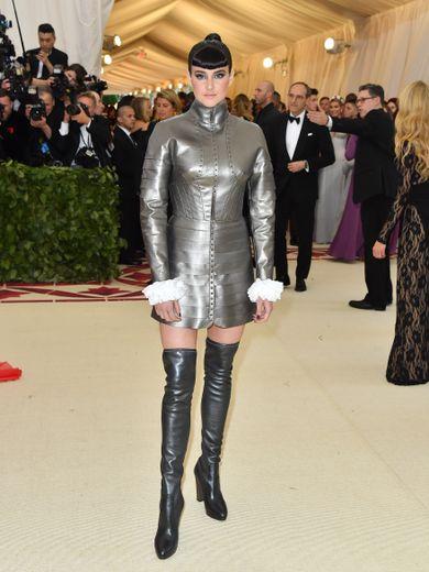 Shailene Woodley a eu la brillante idée - ou pas - de débarquer au MET Gala avec une robe type chevalier et des cuissardes. Un choix vestimentaire qui n'est pas entré dans les annales. New York, le 7 mai 2018.