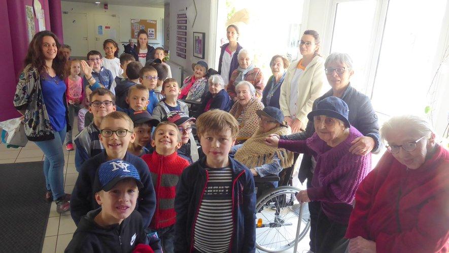 Les enfants de l'accueil de loisirs de la MJC et les résidents de Sainte-Anne réunis avant la chasse aux oeufs.