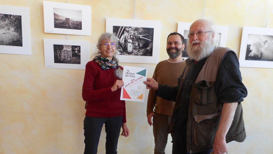 Les Porteurs de Toiles Colette et André entourent Arnaud Segond, représentant le cinéma La Strada.