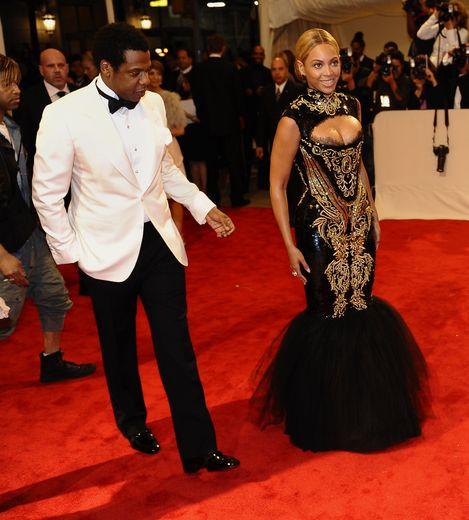 Beyoncé a privilégié le glamour au sens pratique pour le Met Gala 2011, arborant une robe sirène ultra moulante - avec décolleté - ornée de broderies couleur or, signée Emilio Pucci. New York, le 2 mai 2011.