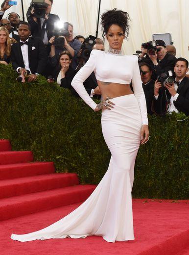 Toujours très sexy, Rihanna n'en mise pas moins sur la sobriété pour le Met Gala 2014, faisant son apparition dans un ensemble deux-pièces signé Stella McCartney. Le tout décliné dans un blanc immaculé. New York, le 5 mai 2014.