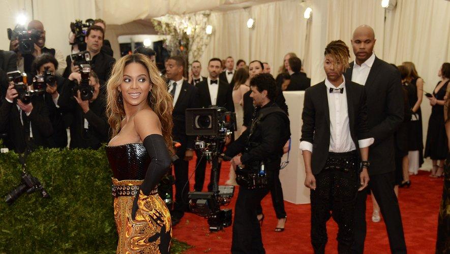 En 2013, Beyoncé renouvelle sa fidélité à la maison Givenchy s'illustrant dans une longue robe à traîne imprimée de la maison. New York, le 6 mai 2013.