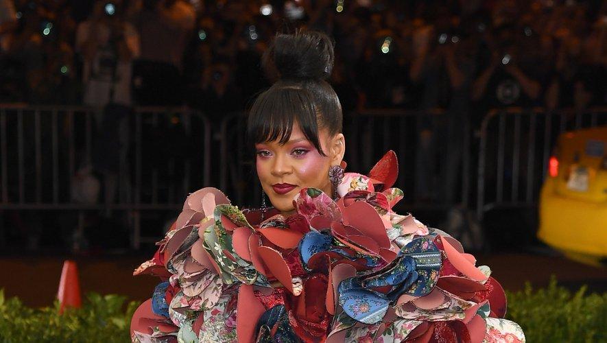 Plus le temps passe, plus les apparitions de Rihanna au Met Gala se font audacieuses. C'est le cas en 2017 où la chanteuse foule le tapis rouge dans une robe en 3D ultra-colorée signée Comme des Garçons. New York, le 1er mai 2017.