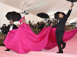 Lady Gaga a fait le show dévoilant ses quatre tenues signées Brandon Maxwell lors d'un strip tease fashion. La belle portait un manteau rose fuchsia, une robe noire, une seconde robe en satin rose électrique, et des sous-vêtements ornés de cristaux.
